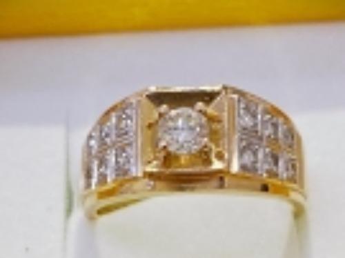 金色鑽石鑲嵌指環